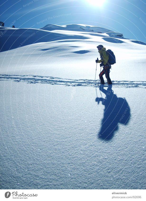 winterparadies Gegenlicht Stimmung Bergsteiger Skitour Skifahrer Schneekristall Pulverschnee Schneespur Winter Winterstimmung Sport Spielen Sonne hell/dunkel