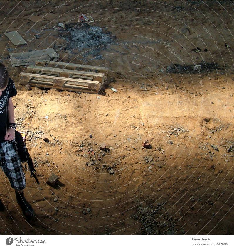 Halb im Bild, ganz im Sandkasten Jugendliche Einsamkeit Sand braun Eisenbahn T-Shirt Baustelle Müll Vergänglichkeit verfallen Punk Düsseldorf beige Rest Schrott Lichteinfall