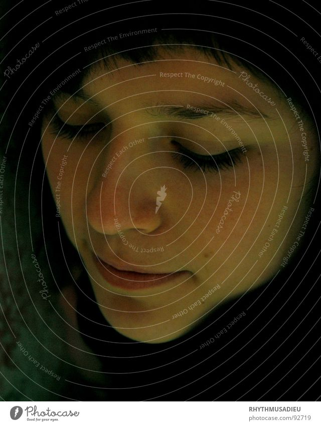 Christin2 Zufriedenheit geschlossene Augen Frau schön gesenkter Blick leichtes Lächeln Gesicht Kopf