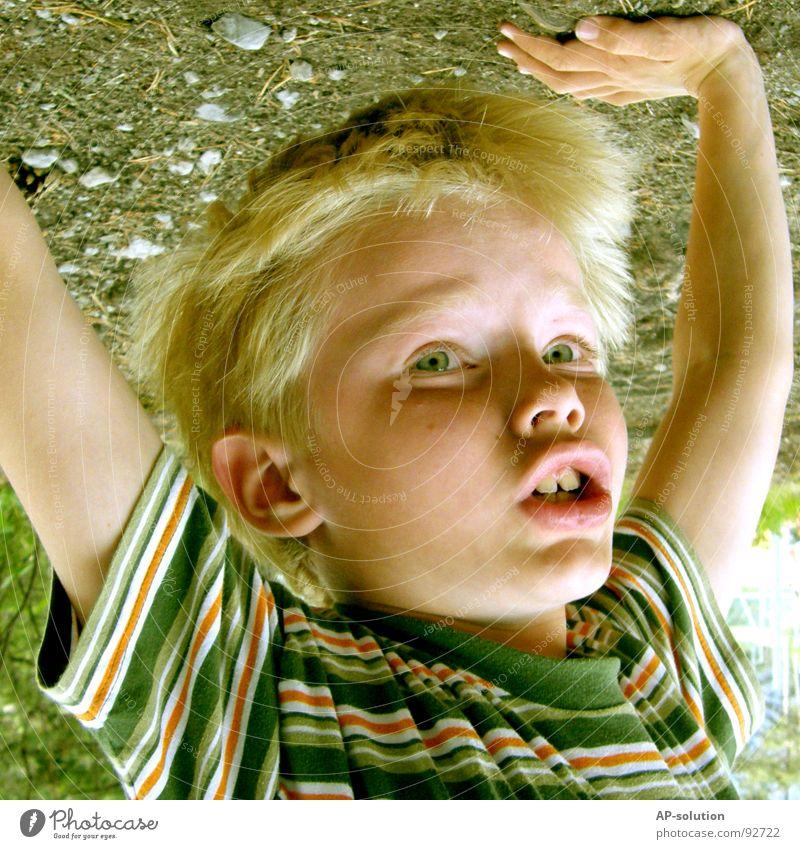 Handstand *1 Junge Kind blond Gesichtsausdruck Gefühle Finger T-Shirt gestreift Streifen Augenbraue Lippen Sommersprossen klein Freizeit & Hobby