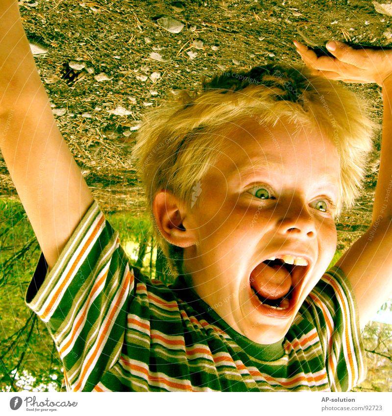 Handstand *2 Junge Kind blond Gesichtsausdruck Gefühle Finger T-Shirt gestreift Streifen Augenbraue Lippen Sommersprossen klein Freizeit & Hobby