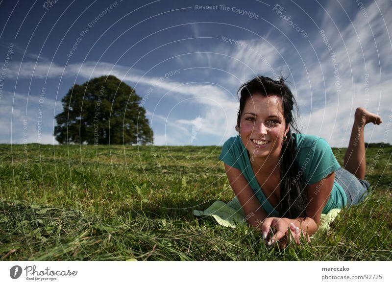 Sommerlook Frau Himmel Baum grün blau Freude Ferien & Urlaub & Reisen Glück lachen Gesundheit Fröhlichkeit liegen heiß Lebensfreude Lust