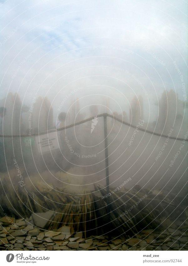 Sprühnebel... Mensch Wolken dunkel Nebel Schilder & Markierungen Messe Zaun Ausstellung Steinplatten
