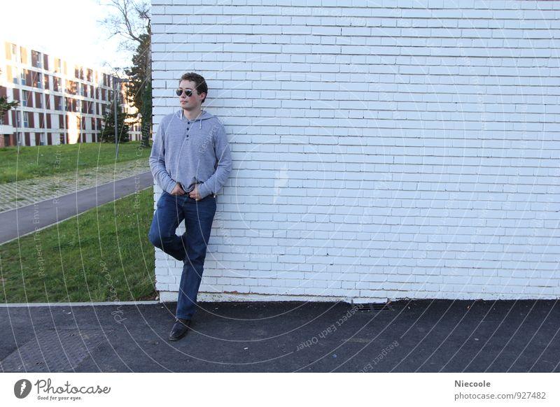 Man leans on a wall Mensch Himmel Jugendliche Mann Stadt Haus Junger Mann 18-30 Jahre Erwachsene Wand Leben Architektur Gras Gebäude Mauer maskulin