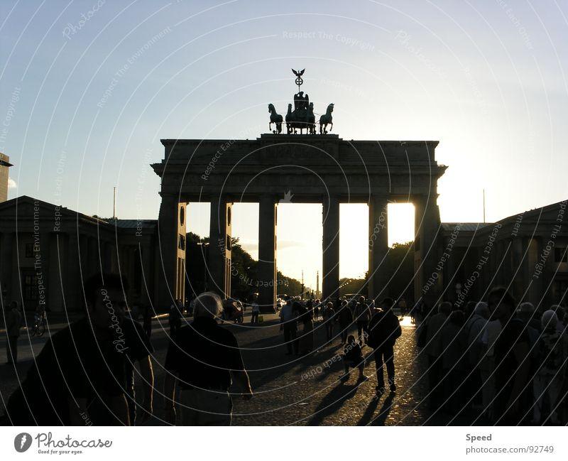 Schattenspiel in Berlin Brandenburger Tor Lichtspiel dunkel Menschenmenge Baum Wolken träumen Europa schön Truppe Außenaufnahme modern Architektur Sonne Straße