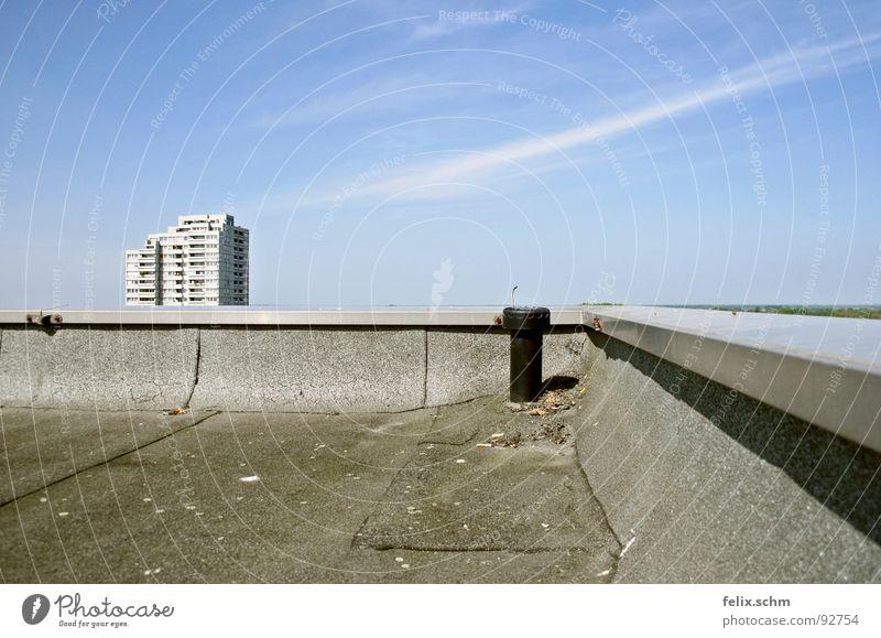 Hochhausdach 1/2 Himmel blau Sommer ruhig Haus Wolken Ferne Freiheit grau Wärme hell Metall frei Horizont
