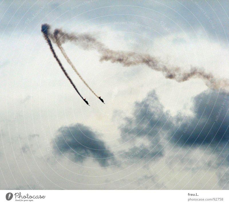 2 x Red Baron Himmel Wolken Spielen Arbeit & Erwerbstätigkeit Flugzeug Luftverkehr Show Veranstaltung Rauch Mut Kurve Umweltverschmutzung gewagt synchron