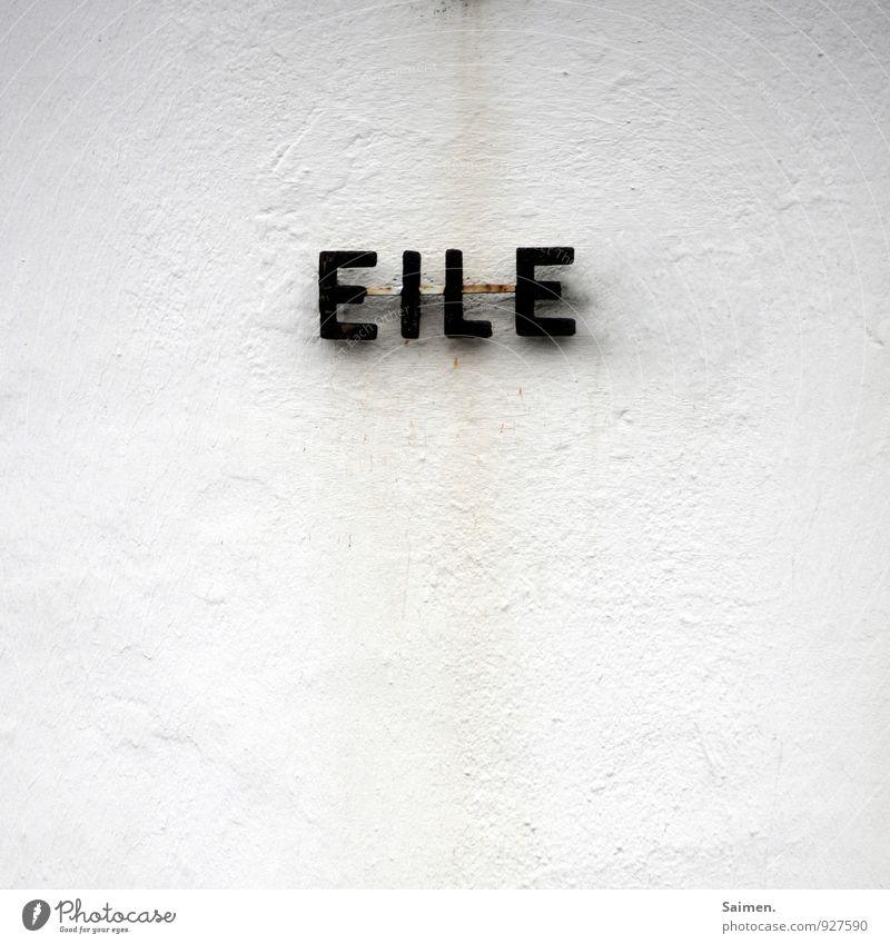 ... mit Weile Mauer Wand Fassade Stress Eile schnelllebig Buchstaben Wort Schriftzeichen Erholung weiß Farbfoto Gedeckte Farben Außenaufnahme Textfreiraum oben