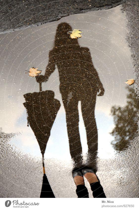 regen ist schön feminin Fuß 1 Mensch Umwelt Klima schlechtes Wetter Regen Straße Wege & Pfade Regenschirm Schuhe stehen warten nass Jahreszeiten Gewitter Blatt