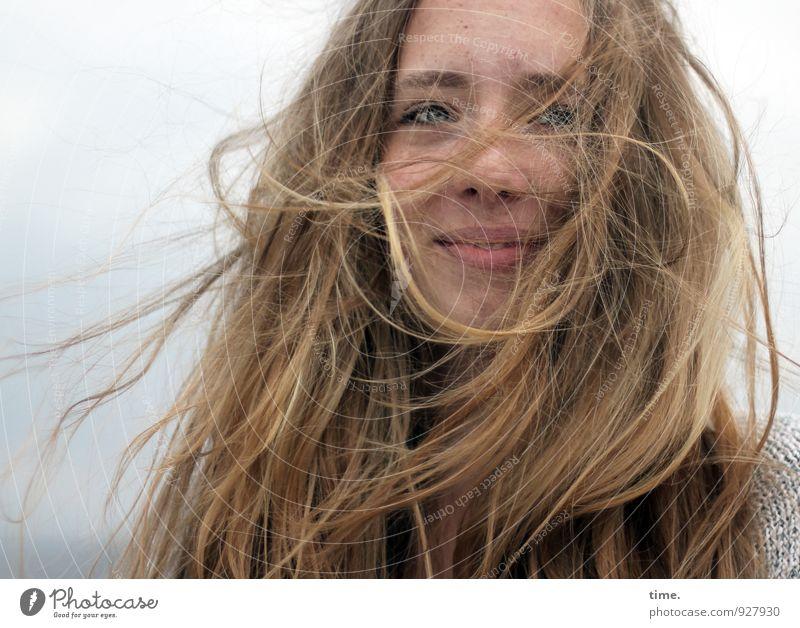 . feminin Junge Frau Jugendliche 1 Mensch blond langhaarig Lächeln Blick Freundlichkeit Fröhlichkeit Glück schön wild Lebensfreude Kraft Geborgenheit