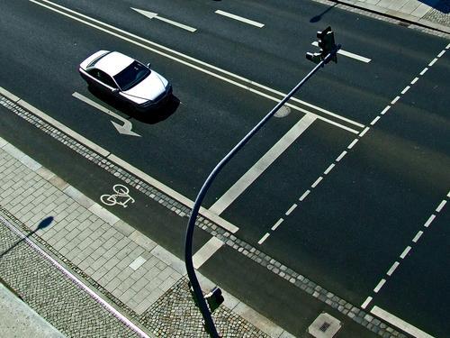 geradeaus Fahrradweg Ampel schwarz weiß Linie fahren abstrakt Fußgänger Verkehrswege Dresden PKW Pfeil staße siber volvo