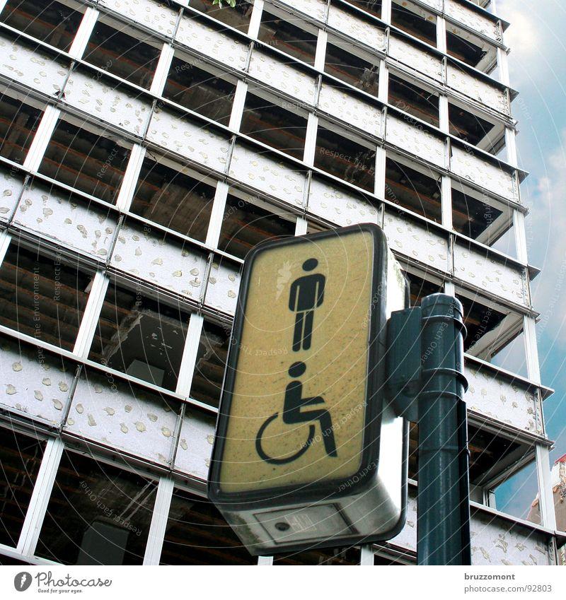 Kein Klo, nirgends. Hochhaus Fassade Toilette Verkehrswege Düsseldorf Demontage Sanieren Ausgrenzung Pissoir Niedergang Wärmeisolierung Hofgarten