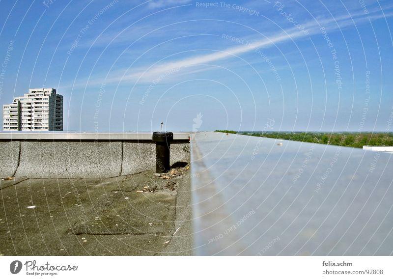 Hochhausdach 2/2 Himmel blau Sommer ruhig Haus Wolken Ferne Freiheit grau Wärme hell Metall Flugzeug Hochhaus frei