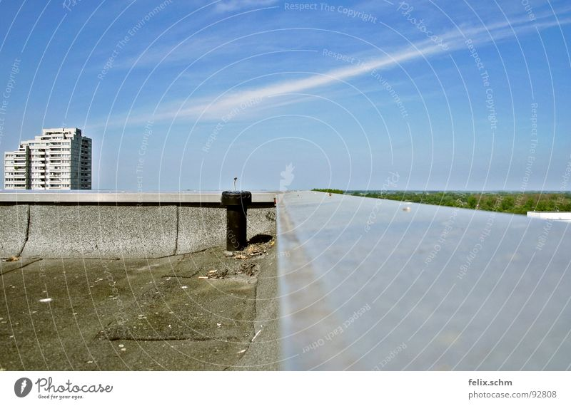 Hochhausdach 2/2 Himmel blau Sommer ruhig Haus Wolken Ferne Freiheit grau Wärme hell Metall Flugzeug frei