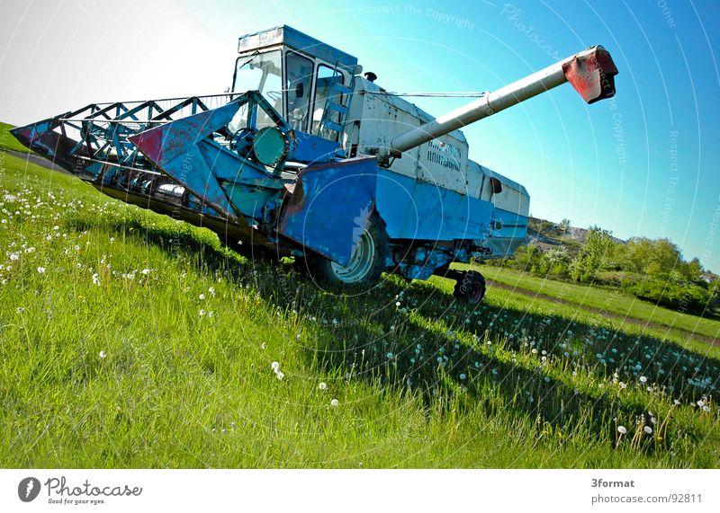 drescher02 blau Ferien & Urlaub & Reisen grün Sommer Pflanze Sonne Landschaft Wiese hell Arbeit & Erwerbstätigkeit Feld gefährlich Macht Industrie Technik & Technologie bedrohlich