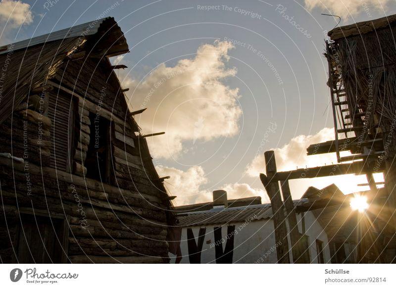 Termitenbau Fischerdorf Dorf Punta del Diablo Uruguay Südamerika Haus Holzhaus Holzhütte krumm selbstgemacht Reetdach Sylt Blechdach Abendsonne Sonnenuntergang
