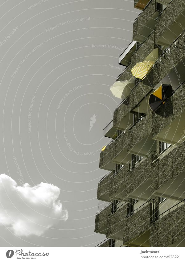 Balkone auf dem Sonnendeck Klima Schönes Wetter Wärme Schöneberg Plattenbau Stadthaus Fassade hoch oben grau Inspiration Sonnenschirm Lichtschein farbverfremdet