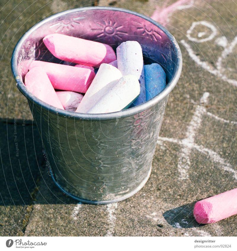 Prinzessin 2.1 Eimer Strassenmalerei mehrfarbig rot Pastellton Kreide Straßenkreide streichen Wege & Pfade Bürgersteig Farbe blau chalk crayon street Kunst