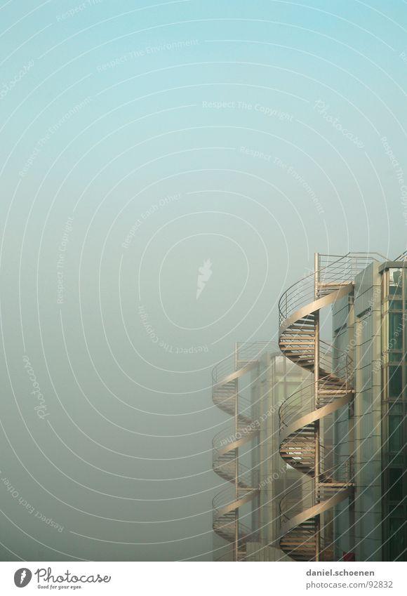 Wendeltreppen im Nebel blau Haus Fenster Gebäude Glas Hintergrundbild Fassade Nebel modern Treppe Industrie Baustelle Fensterscheibe Spirale aufsteigen