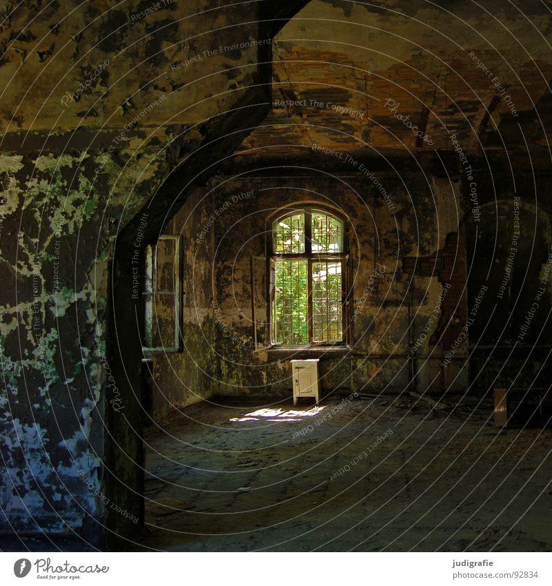 Heilstätte Haus Möbel Raum Ruine Gebäude Fenster alt Traurigkeit gruselig kaputt Einsamkeit Angst Farbe Vergänglichkeit Schrank Eingang Putz verfallen