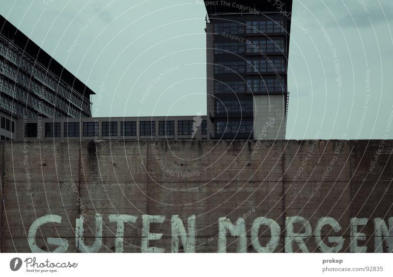 Selbstredend Himmel blau Freude Farbe Fenster Berlin Architektur grau Mauer Traurigkeit Arbeit & Erwerbstätigkeit Glas Hochhaus Schriftzeichen schlafen trist
