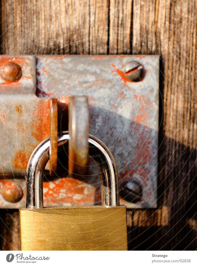 hinter Schloss und Riegel alt rot Holz Angst Tür geschlossen Vorhängeschloss Burg oder Schloss Rost Schlüssel Panik Eisen Schraube eingeschlossen
