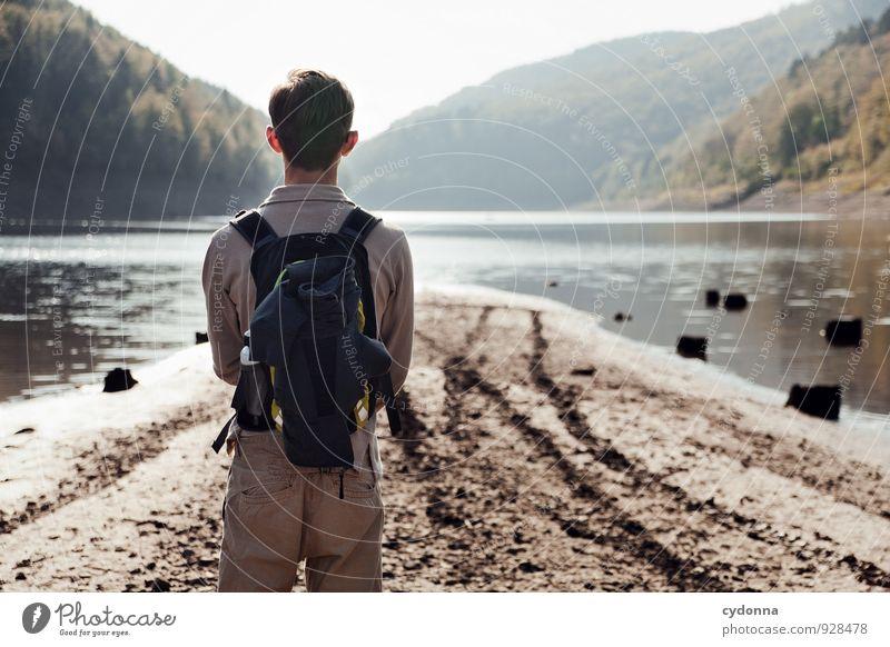 Angekommen Mensch Natur Ferien & Urlaub & Reisen Jugendliche Erholung Einsamkeit Landschaft ruhig Junger Mann Ferne Wald Umwelt Leben Wege & Pfade Freiheit See