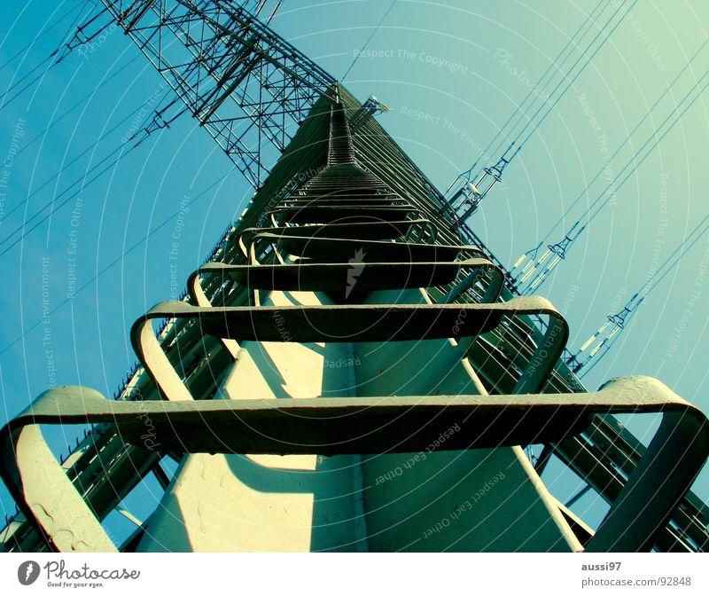 50 kV und mehr Himmel Metall hoch Industrie Treppe Elektrizität Kabel Klettern Leiter Strommast Schwindelgefühl schwindelfrei Stromtransport