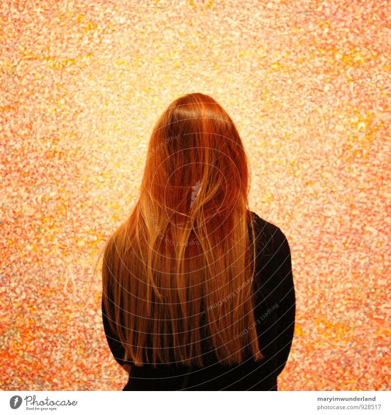 centro. Jugendliche schön Junge Frau rot feminin Haare & Frisuren Kunst beobachten Neugier Gemälde Konzentration Museum Maler Ausstellung Mittelpunkt Anmut