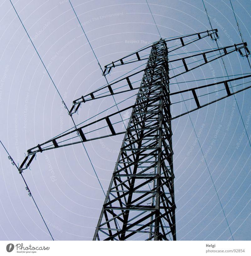 Strommast mit Kabeln aus der Froschperspektive vor blauem Himmel Farbfoto Gedeckte Farben Außenaufnahme Menschenleer Hintergrund neutral Tag Silhouette