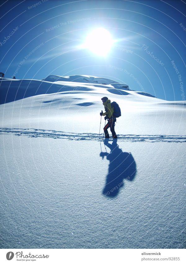 sonne schnee und mehr... Pulverschnee Schattenspiel Schneespur Skitour Bergsteigen Stimmung Bergsteiger Skifahrer Sport Spielen Sonne hell/dunkel Wintersport