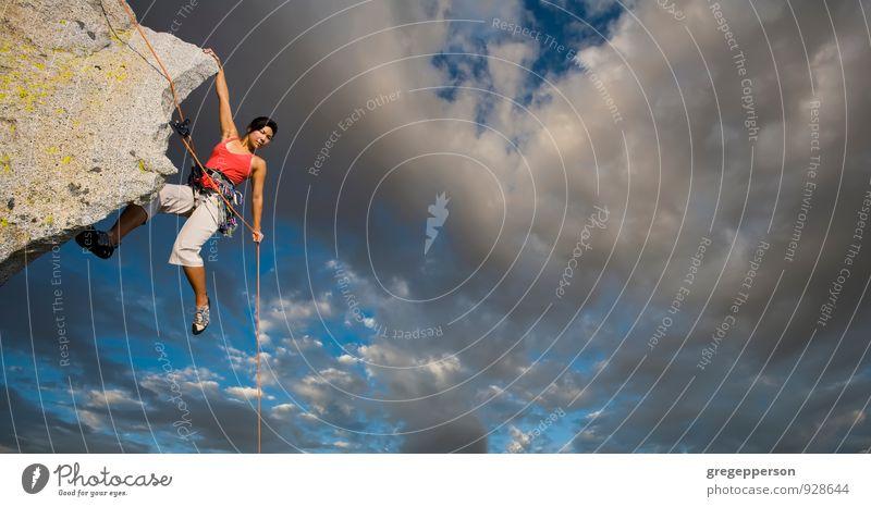Mensch Frau Jugendliche Wolken 18-30 Jahre Erwachsene Berge u. Gebirge Felsen Erfolg Seil Abenteuer Klettern Höhenangst Mut Gleichgewicht selbstbewußt