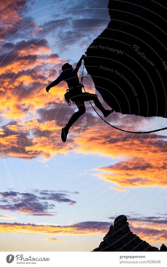 Kletternde Zehenspitzen am Rand. Abenteuer Berge u. Gebirge Bergsteigen Erfolg Seil Junger Mann Jugendliche 1 Mensch 18-30 Jahre Erwachsene Wolken Felsen