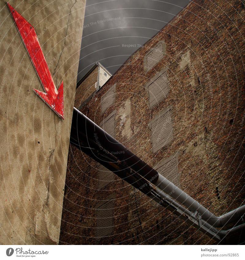 troublepipeline rot Richtung Abfluss Haus Wand Mauer Industriefotografie Insolvenz Ebbe Ärger Verschlechterung böse verlieren Ladengeschäft teuer Verteuerung