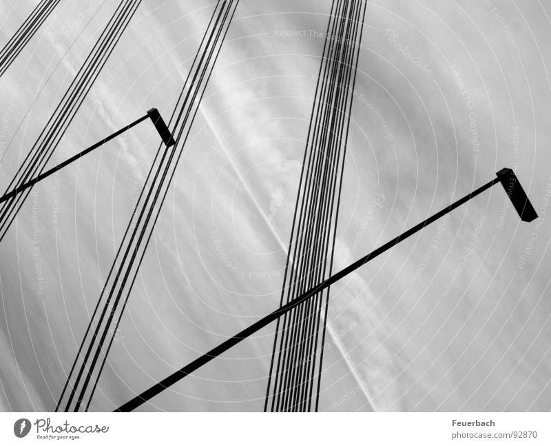 Linien vor unruhigem Hintergrund Schwarzweißfoto Außenaufnahme Muster Strukturen & Formen Menschenleer Lampe Kabel Himmel Wolken Wetter Regen Brücke Verkehr