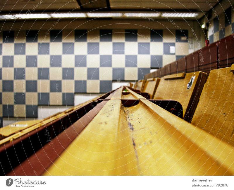 Freiraum für Gedanken Hörsaal Saal Bank Stuhl Wand Quadrat Muster fade Neonlicht Langeweile Bildung Konzentration Raum Studium Sitzreihe warten Denken