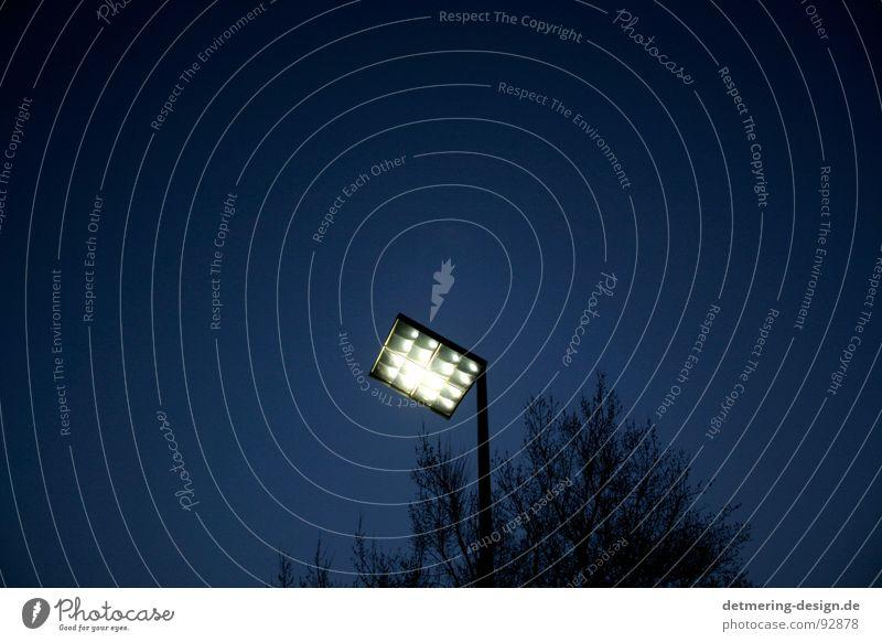 eckiger mond* Licht Spiegel Nacht Einsamkeit Dämmerung Lichtpunkt dunkel blau Parkplatz glänzend Baum Laterne Lampe Symbiose Bauwerk Chrom Geometrie rund