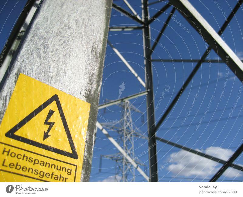 Lebensgefahr Himmel gelb Kraft Metall Schilder & Markierungen Industrie Energiewirtschaft Elektrizität gefährlich Technik & Technologie Kabel bedrohlich Stahl Strommast Respekt Warnhinweis