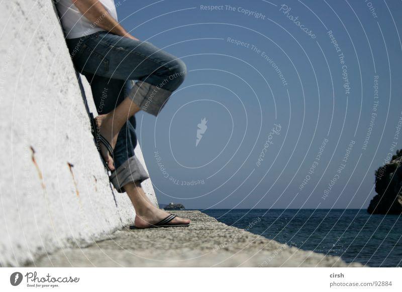 vorsaison Ferne Sehnsucht Meer Flipflops Horizont Erholung Ferien & Urlaub & Reisen genießen Sommer Hafen Langeweile Jeanshose Schönes Wetter