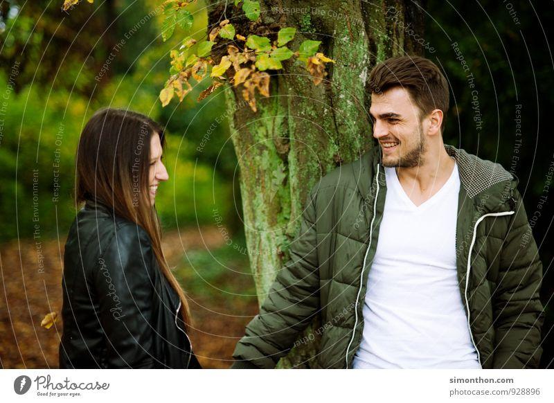 Liebespaar Natur Jugendliche schön Freude Wald Erwachsene Leben Herbst Glück Garten Paar Freundschaft Zusammensein Park Familie & Verwandtschaft