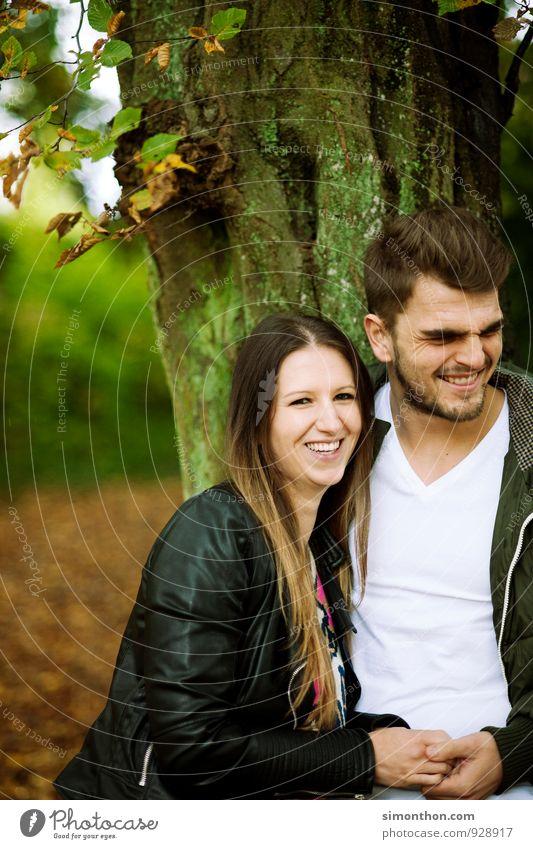 crazy in love Mensch Natur Jugendliche Freude Wald Erwachsene Leben Gefühle Herbst feminin Familie & Verwandtschaft Glück Zeit Stimmung Paar Freundschaft