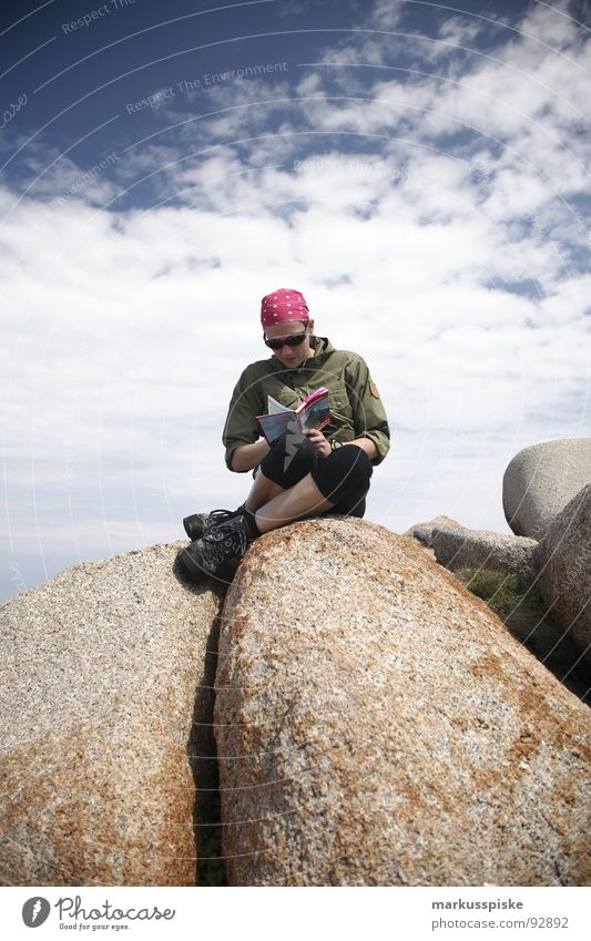 gipfelstürmer Frau Himmel Wolken Berge u. Gebirge wandern Felsen lesen Klettern Gipfel Top Bergsteigen Kopftuch Wanderschuhe