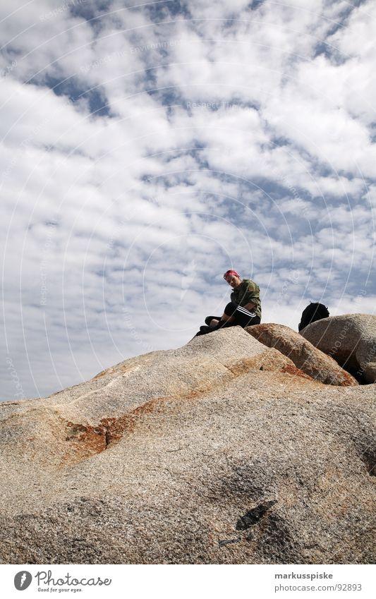 gipfelstürmer Frau Himmel Wolken Berge u. Gebirge wandern Felsen lesen Gipfel Top Bergsteigen Kopftuch Wanderschuhe