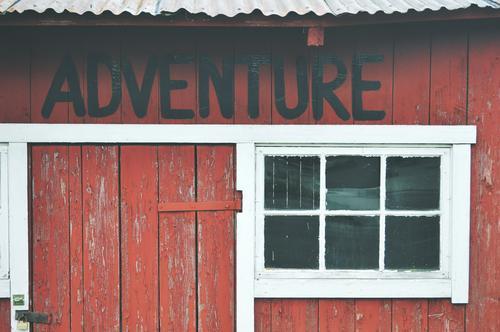 Adventure time. Ferien & Urlaub & Reisen Haus Fenster Wand Mauer Fassade wild frei warten wandern Schriftzeichen Ausflug Abenteuer Dach Hütte Verfall