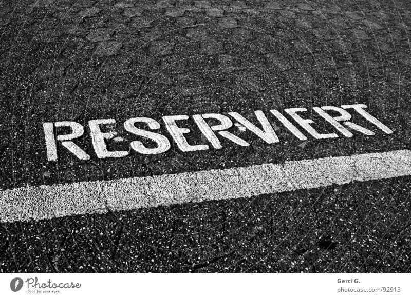 PlatzHalter reserviert zurückhalten Schüchternheit geschlossen distanzieren ruhig belegen Parkplatz Asphalt Parkbucht Buchstaben Großbuchstabe Verkehrswege