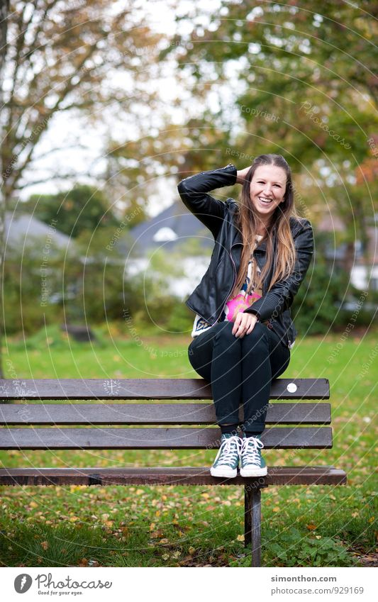 Park Azubi Student feminin Natur Herbst Freude Glück Fröhlichkeit Lebensfreude Sympathie Freundschaft Partnerschaft Energie Erholung Ferien & Urlaub & Reisen