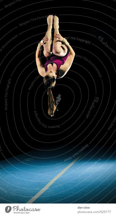 Salto Mensch Frau Kind Jugendliche blau Junge Frau 18-30 Jahre schwarz Erwachsene Bewegung feminin Sport springen elegant Körper 13-18 Jahre