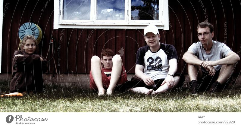 Girl vs. Boys Himmel Jugendliche schön grün Sommer rot Erholung Wolken Haus Fenster Wiese Gras Menschengruppe liegen Wetter sitzen