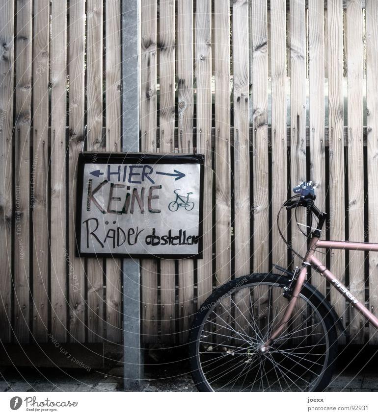 Nur ganz kurz … Fahrrad Schilder & Markierungen Ordnung Kommunizieren Wut Rad Hinweisschild Zaun parken Verbote gegen Ärger Fahrradrahmen Stab anlehnen Speichen