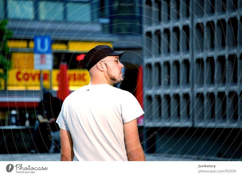 R.O.S.I...!?!?!? weiß U-Bahn Kurfürstendamm grau Sommer Einsamkeit kürzen gelb T-Shirt Baseballmütze Mütze Bart Beton Brille Mann Tourist historisch Langeweile
